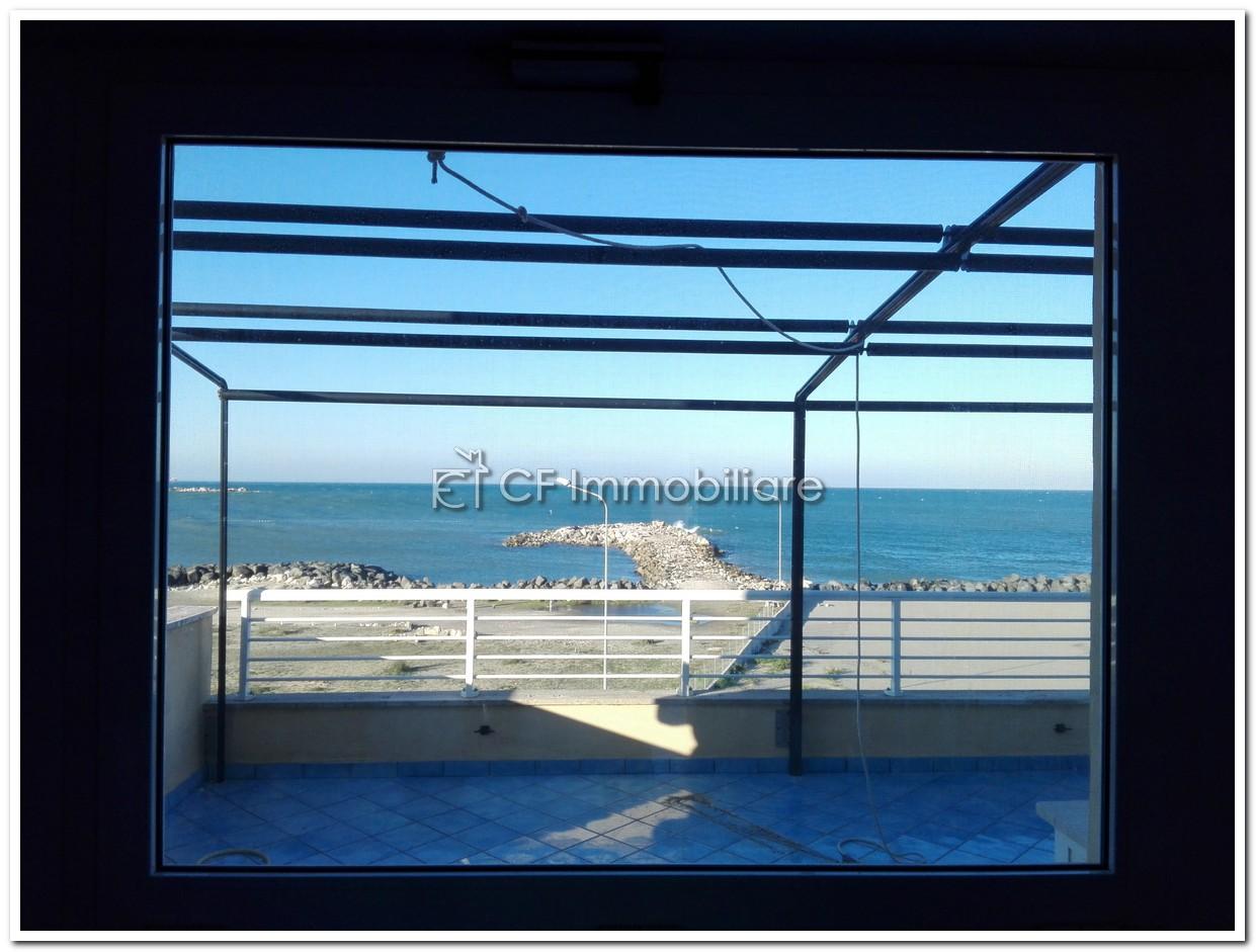 Fiumicino attico fronte mare con terrazza a livello – CF Immobiliare