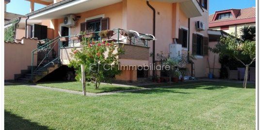 Elegante appartamento angolare indipendente con ampio giardino.