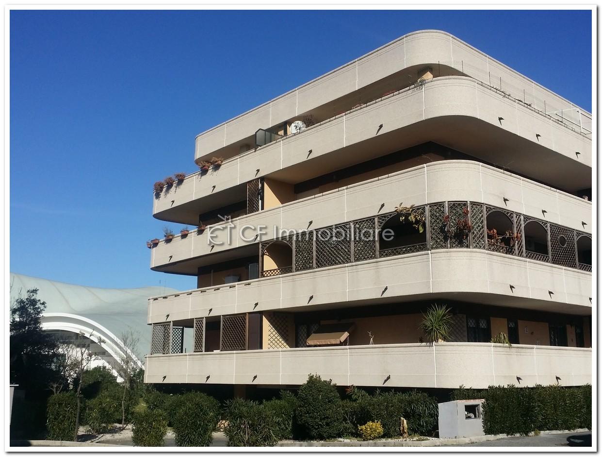 Splendido appartamento, in  ottimo stato con ampio balcone angolare e Box