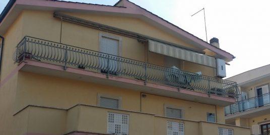 Fiumicino Via Giorgio Giorgis ampio e luminoso appartamento con terrazza esclusiva.