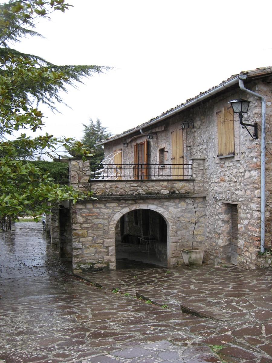 Spoleto, Borgo Bazzano Superiore vendesi villa del 1600 di interesse storico