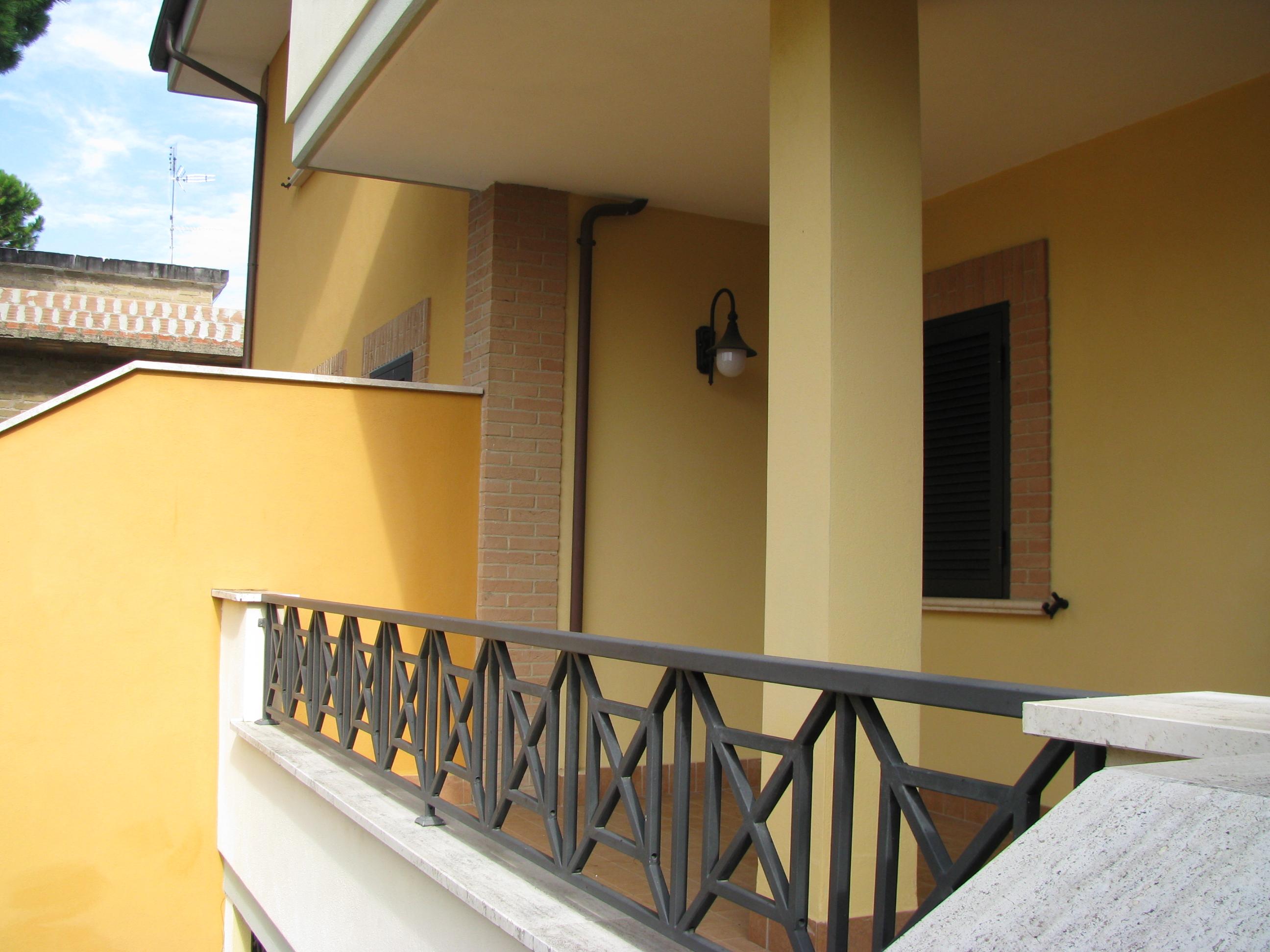 Elegante appartamento due livelli indipendente su strada (A/10)