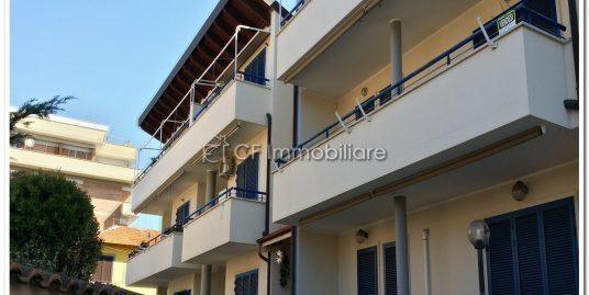 Fiumicino centro, appartamento due livelli con giardino e posto auto